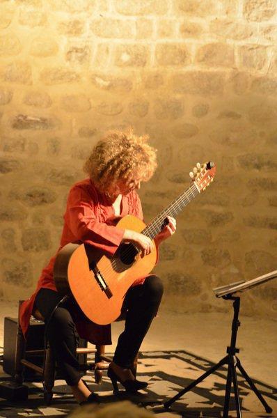 Valérie Duchâteau, la guitare chante Barbara